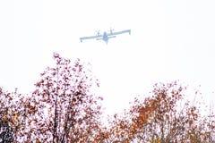 aeroplanos de canadair en la acción para apagar el fuego en el PA regional Imágenes de archivo libres de regalías