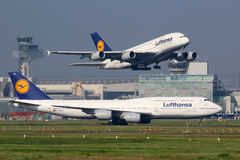 Aeroplanos de Lufthansa en el aeropuerto de Francfort imagen de archivo libre de regalías