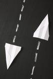 Aeroplanos de papel en una pizarra Foto de archivo
