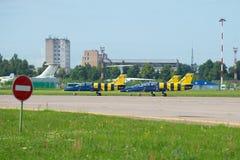Aeroplanos del ` báltico de las abejas del ` aeroacrobacia del equipo en la pista antes del comienzo MAKS-2017 imágenes de archivo libres de regalías