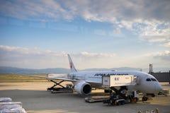 Aeroplanos del JAL de Japan Airlines en el aeropuerto internacional de Kansai, Osaka, Japón imagenes de archivo