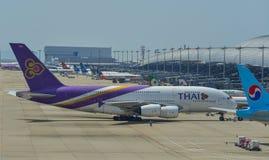 Aeroplanos del pasajero que llevan en taxi en pista imágenes de archivo libres de regalías