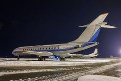 Aeroplanos el dormir en el delantal de la noche Foto de archivo
