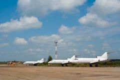 Aeroplanos en aeropuerto fotos de archivo