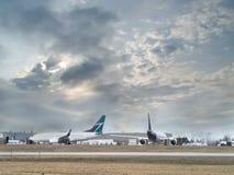 Aeroplanos en el aeropuerto Imagen de archivo libre de regalías