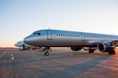 Aeroplanos en el delantal del aeropuerto Foto de archivo