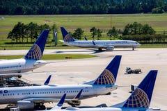 Aeroplanos en la rampa activa en el aeropuerto de IAH Imagenes de archivo