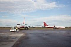 Aeroplanos en pista mojada Imagenes de archivo