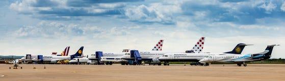 Aeroplanos parqueados en la pista de despeque del aeropuerto de Zagreb foto de archivo