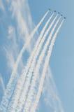Aeroplanos que hacen maniobras aeroacrobacias Foto de archivo