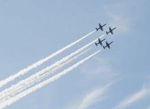 Aeroplanos que hacen maniobras aeroacrobacias Imagenes de archivo