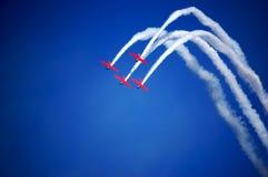 Aeroplanos que realizan trucos durante airshow Imágenes de archivo libres de regalías