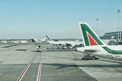 Aeroporto alitalia de Fiumicino e aviões de Air France Fotografia de Stock