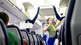 AEROPORTO BORYSPIL, UCRÂNIA - 24 DE OUTUBRO DE 2018: Ukraine International Airlines Aeromoço, fechamento da comissária de bordo video estoque