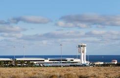Aeroporto com centro do controlo de tráfico, imagem de stock royalty free