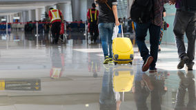 Aeroporto con il viaggiatore ed i bagagli Fotografia Stock Libera da Diritti