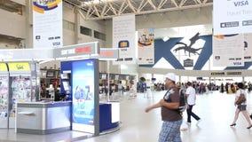 Aeroporto con la gente video d archivio