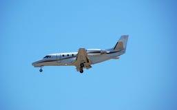 Aeroporto d'avvicinamento del jet privato lussuoso Fotografia Stock