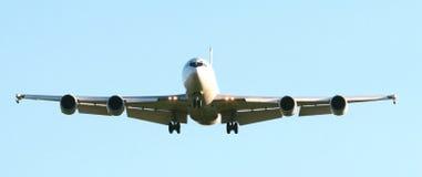 Aeroporto d'avvicinamento piano del Jumbo-jet commerciale Immagine Stock Libera da Diritti