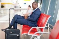 Aeroporto da tabuleta do homem de negócios Foto de Stock