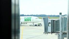 Aeroporto de Alemanha - de Hamburgo - em setembro de 2015 - impulso de Servicecar o avião para trás filme