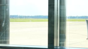 Aeroporto de Alemanha - de Hamburgo - em setembro de 2015 - rolamento dos aviões para começar uma mosca vídeos de arquivo
