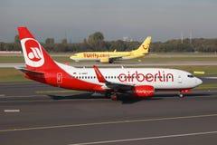 Aeroporto de Dusseldorf dos aviões de Air Berlin e de TUIfly Boeing 737 Imagens de Stock Royalty Free