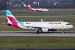 Aeroporto de Dusseldorf dos aviões de Eurowings e de Air Berlin Imagens de Stock