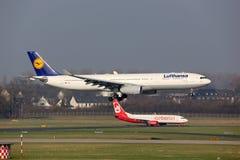 Aeroporto de Dusseldorf dos aviões de Lufthansa e de Air Berlin Imagem de Stock Royalty Free