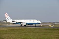 Aeroporto de Francoforte - Airbus A320 de Croatia Airlines decola Fotografia de Stock Royalty Free