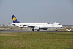 Aeroporto de Francoforte - Airbus A321-200 de Lufthansa decola Fotos de Stock