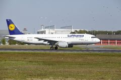 Aeroporto de Francoforte - Airbus A320-200 de Lufthansa decola Fotos de Stock