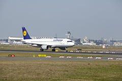 Aeroporto de Francoforte - Airbus A320-200 de Lufthansa decola Foto de Stock