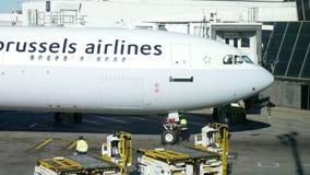 Aeroporto de JFK, NEW YORK, EUA - em dezembro de 2017: Aviões das linhas aéreas de Bruxelas que taxiing ao terminal filme