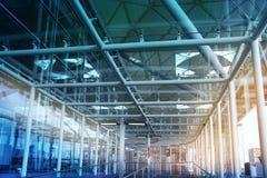 AEROPORTO DE LONDRES STANSTED, REINO UNIDO - 23 DE MARÇO DE 2014: Construção do aeroporto na elevação do sol Fotografia de Stock Royalty Free