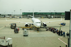 AEROPORTO DE LONDRES STANSTED, REINO UNIDO - 23 DE MARÇO DE 2014: Construção do aeroporto na elevação do sol Foto de Stock