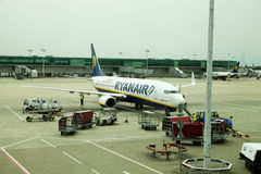 AEROPORTO DE LONDRES STANSTED, REINO UNIDO - 23 DE MARÇO DE 2014: Construção do aeroporto na elevação do sol Fotografia de Stock