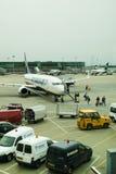 AEROPORTO DE LONDRES STANSTED, REINO UNIDO - 23 DE MARÇO DE 2014: Construção do aeroporto na elevação do sol Foto de Stock Royalty Free