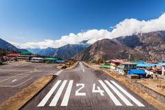Aeroporto de Lukla… Pista 24 em Nepal Fotografia de Stock