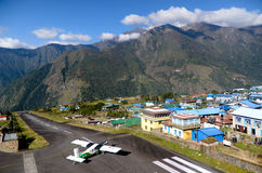 Aeroporto de Lukla - ponto de entrada de Everest foto de stock royalty free
