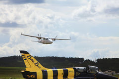 Aeroporto de Pribram, República Checa - 28 de maio de 2010 Os rolos planos bimotores pequenos de Tecnam P2006T através da trilha  Foto de Stock Royalty Free