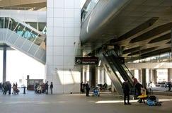 Aeroporto de Pulkovo, terminal novo Escada rolante, aumentando ao nível do ` da partida do ` dos passageiros de partida Imagens de Stock