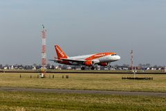 Aeroporto de Schiphol, Holanda norte/Países Baixos - 16 de fevereiro de 2019: EasyJet Airbus A319-100 G-EZDK foto de stock