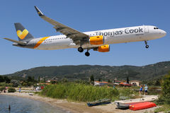 Aeroporto de Skiathos do avião de Thomas Cook Airlines Airbus A321 Fotos de Stock Royalty Free