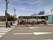 Aeroporto de Taipei Songshan: O turista toma o ônibus Imagens de Stock