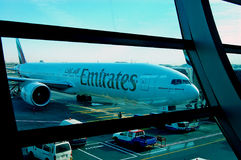 Aeroporto del Boeing 777-300ER Doubai degli emirati Fotografia Stock Libera da Diritti