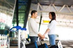 Aeroporto delle coppie arrivederci Immagini Stock