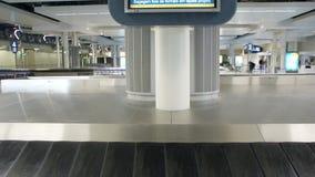 Aeroporto di area di reclamo di bagaglio del carosello e schermo di informazioni di LCD stock footage