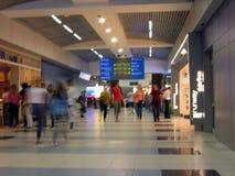 Aeroporto di Domodedovo Vista interna del terminale internazionale unfocused Immagine Stock