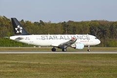 Aeroporto di Francoforte - Airbus A320-214 di Austrian Airlines decolla fotografia stock libera da diritti